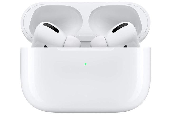 Une photo montre les Apple AirPods Pro dans un étui de chargement sans fil.